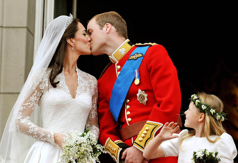Britain's Prince William and his wife Catherine, Duchess of Cambridge kiss on the balcony of Buckingham Palace, following following their wedding at Westminster Abbey in London in this April 29, 2011 file photo. Britain's Prince William and his new wife Catherine will visit the United States in July at the end of their first official foreign trip as a married couple, his office said on May 5, 2011. The new Duke and Duchess of Cambridge, will visit California from July 8 to 10, St James's Palace said. To match Reuters Life! BRITAIN-ROYALS/CALIFORNIA REUTERS/John Stillwell/Pool/Files (BRITAIN - Tags: ENTERTAINMENT SOCIETY ROYALS)