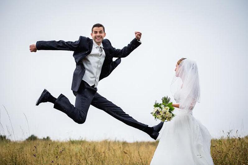 a_boldog_vőlegény_cipőjének_orrán_az_esküvői_csokorral
