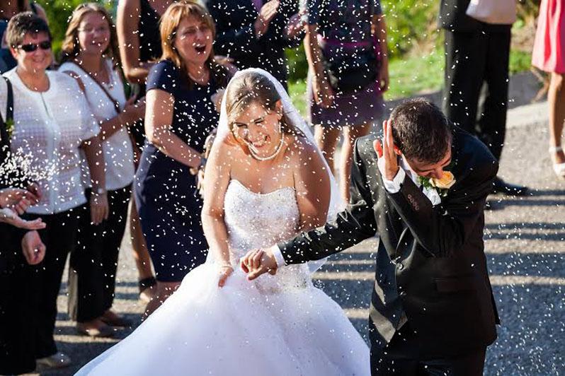 konfetti_az_ifjú_párra_esküvő_utáni_jókedv